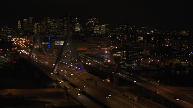 aerial view of vehicles driving on leonard p. zakim bunker hill memorial bridge at night, boston, massachusetts, united states of america - チャールズ川点の映像素材/bロール