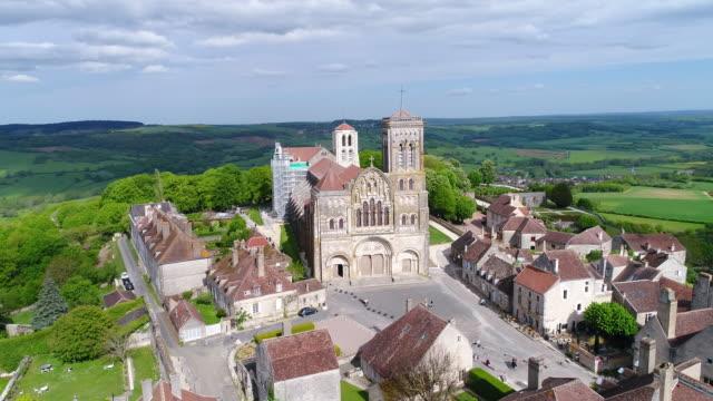 vidéos et rushes de aerial view of vezelay - église