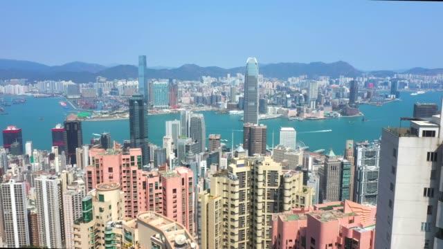 vidéos et rushes de vue aérienne du port de victoria, hong kong - victoria peak