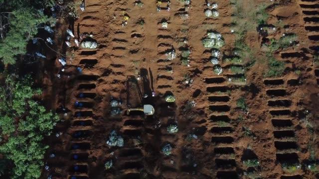 vidéos et rushes de aerial view of vila formosa cemetery amidst the coronavirus pandemic on may 18, 2020 in sao paulo, brazil. the vila formosa cemetery is the largest... - cimetière