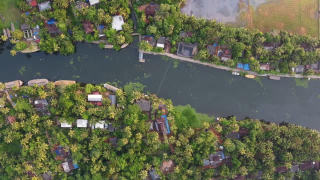 vidéos et rushes de aerial view of village and river in alleppey backwaters - bras mort de cours d'eau