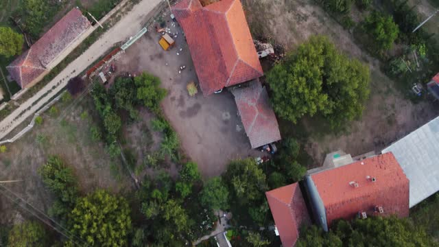 vídeos de stock e filmes b-roll de aerial view of village in southern serbia - sérvia
