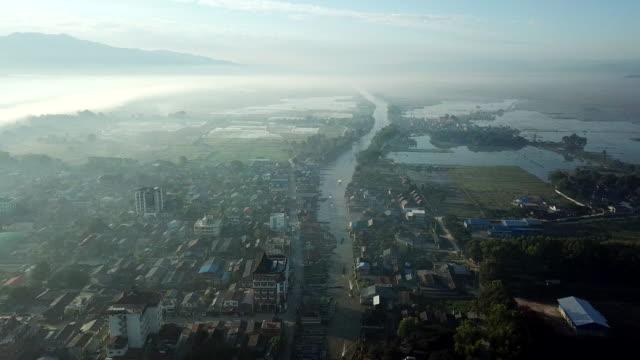 vidéos et rushes de vue aérienne du village inle, en bateau sur la rivière, tomates agriculture flottante jardin myanmar - sanctuaire