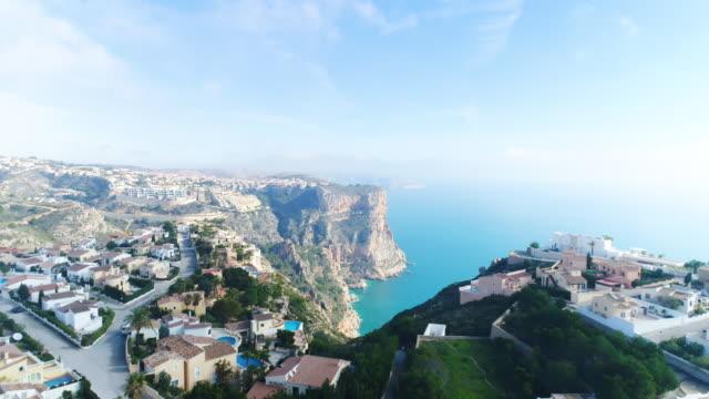 vídeos y material grabado en eventos de stock de aerial view of village on the cliff in alicante, spain - punta descripción física