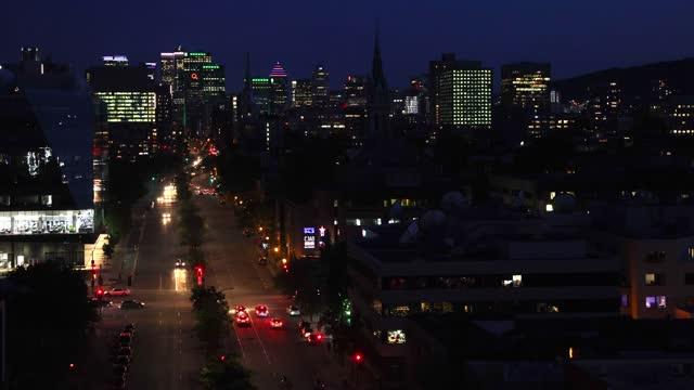 夜のヴィル・マリー地区とモントリオールのダウンタウンの空中写真 - 六月点の映像素材/bロール