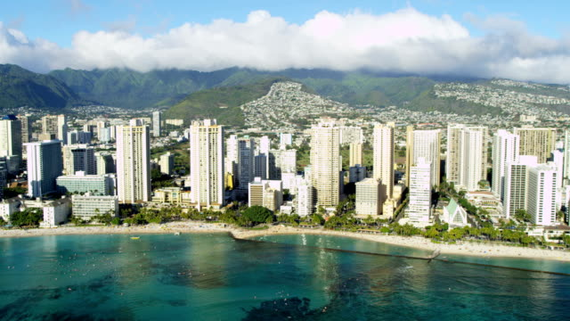 aerial view of waikiki kapiolani park resort hotels - hawaii inselgruppe stock-videos und b-roll-filmmaterial