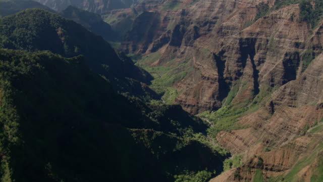 vídeos de stock, filmes e b-roll de aerial view of waimea canyon area on the hawaiian island of kauai. - vale