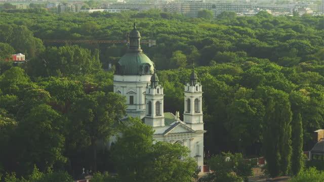 vídeos y material grabado en eventos de stock de vista aérea de varsovia. edificios históricos en el parque público vistos desde arriba. - rodear