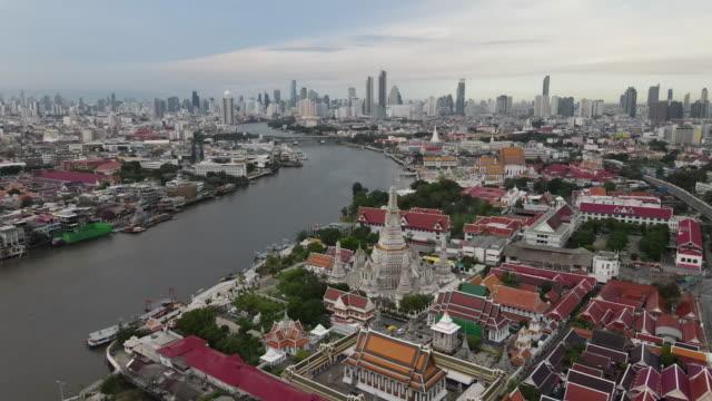 vídeos de stock e filmes b-roll de aerial view of wat arun, a famous buddhist temple, on the chao phraya river in bangkok. - bangkok