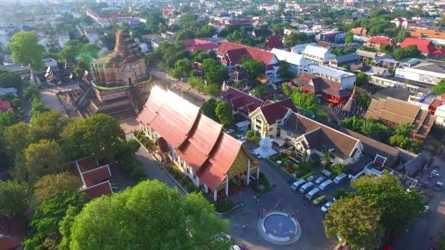 vídeos de stock, filmes e b-roll de aerial view of wat chedi luang buddhist temple - província de chiang mai