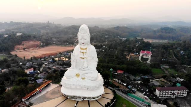 チェンライの夜の丘の上に仏教寺院と観音の彫像とワット・フアイ・プラカンの空中風景