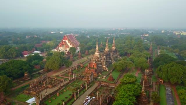 ワット プラ シー サンペットの空撮だった旧王宮はタイの古都アユタヤ、タイでのサイトで最も神聖な寺院 - アユタヤ県点の映像素材/bロール