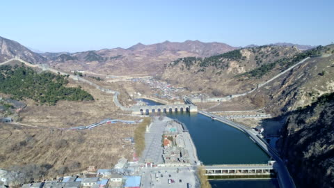 vídeos y material grabado en eventos de stock de aerial view of water gate of the great wall - arco característica arquitectónica