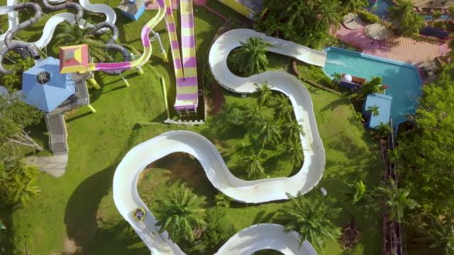 vídeos de stock e filmes b-roll de aerial view of water park - escorrega de água