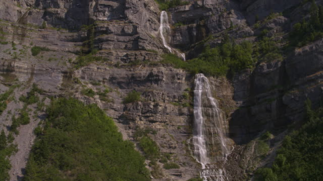 vídeos de stock, filmes e b-roll de aerial view of waterfall flowing over cliff / provo, utah, united states - provo
