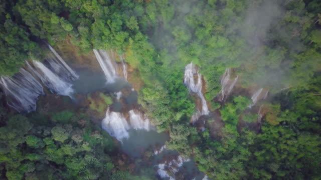 Luchtfoto van waterval Thi Lor Su ligt in Deep Forest, The Umphang, Tak provincie, die met de Thung Yai Naresuan verbindt en Huay Kha Khang, Thailand. 4K