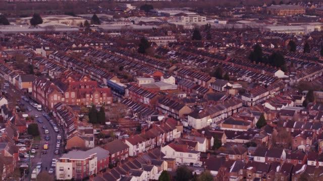 vídeos de stock e filmes b-roll de aerial view of watford, england - casa com terraço