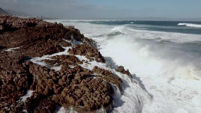 Luftaufnahme der Wellen in einem felsigen Ufer