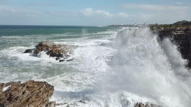 Vista aérea de ondas em uma costa rochosa