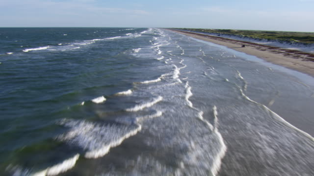 vidéos et rushes de aerial view of waves crashing on beach on padre island national seashore, texas. - gulf coast states