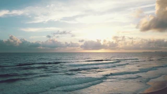 vídeos y material grabado en eventos de stock de vista aérea de las olas en la playa costa de oro - gold coast