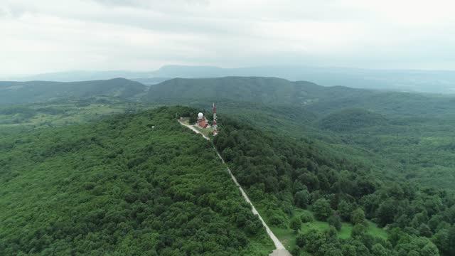 vidéos et rushes de vue aérienne de la station météorologique et du paysage derrière elle en 4k à 60fps raw stock vidéo - observatoire