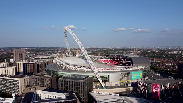 stockvideo's en b-roll-footage met aerial view of wembley stadium and arch. tracking -in. - english football association