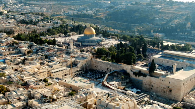 aerial view of western wall in the old city of jerusalem, temple mount, dome of the rock and al-aqsa mosque with both jewish and muslim prayers - gerusalemme est video stock e b–roll