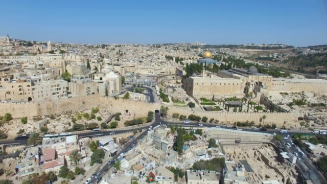 aerial view of western wall in the old city of jerusalem, with temple mount, dome of the rock and al-aqsa mosque . - gerusalemme est video stock e b–roll