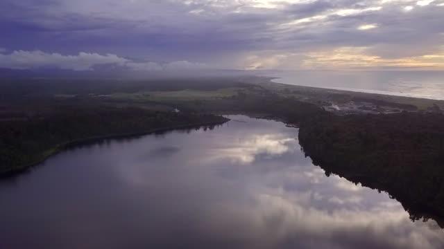 vidéos et rushes de vue aérienne de la forêt sauvage et du lac en nouvelle-zélande - nouvelle zélande