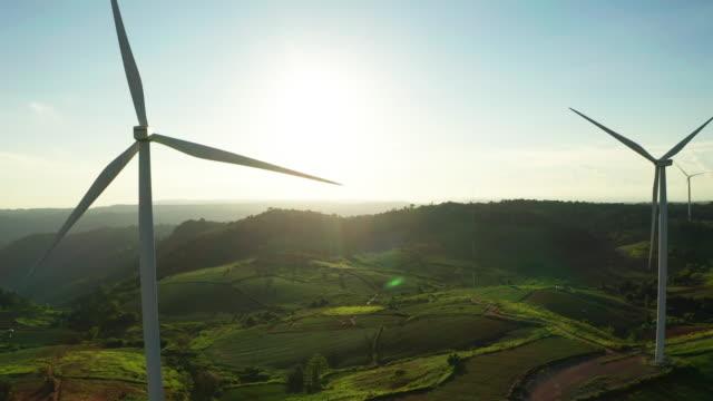 vídeos de stock, filmes e b-roll de vista aérea do campo da turbina eólica - desenvolvimento