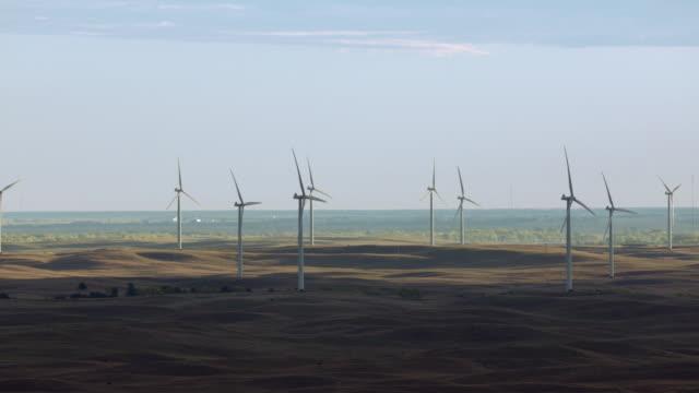 vídeos de stock e filmes b-roll de aerial view of wind turbines in nebraska sandhills, united states of america - 1 minuto ou mais