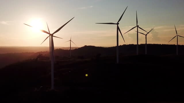 具有日出替代能源的風力渦輪機的鳥瞰圖。 - 風力 個影片檔及 b 捲影像