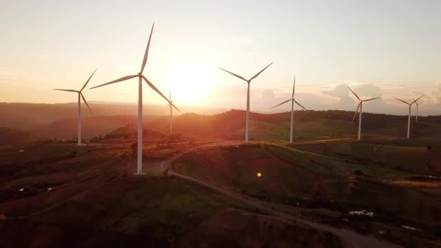 vídeos y material grabado en eventos de stock de vista aérea de turbinas eólicas con salida del sol energía alternativa - hierba familia de la hierba