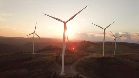 日の出を伴う風力タービンの空中写真 代替エネルギー - 風力発電点の映像素材/bロール