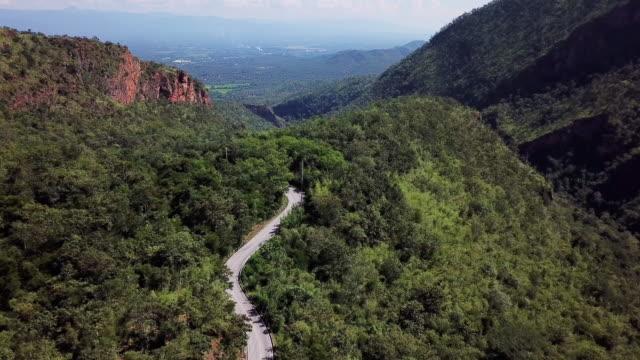 森林や車の運転、安全運転の概念で曲がりくねった道の空撮 - 曲線点の映像素材/bロール