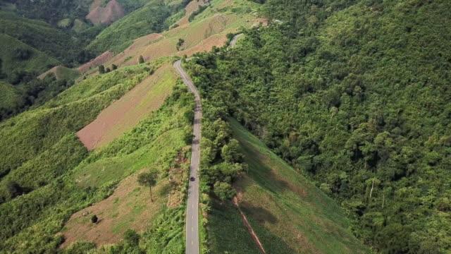 vídeos de stock, filmes e b-roll de vista aérea da estrada de enrolamento na condução da montanha e do carro, conceito de condução da segurança - pista asfaltada