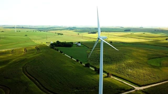 luftaufnahme von windmühlen in iowa - landwirtschaftsminister stock-videos und b-roll-filmmaterial