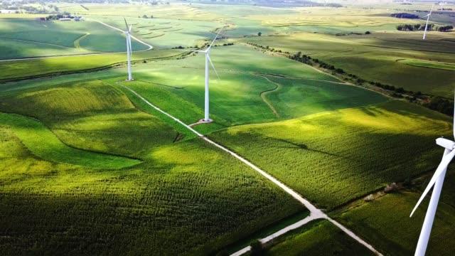 vídeos de stock e filmes b-roll de aerial view of windmills in iowa - iowa