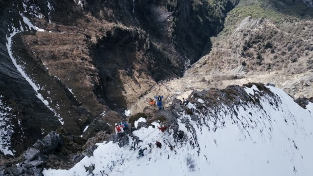 luftaufnahme des wingsuit-piloten von alpine klippe zu springen - genauigkeit stock-videos und b-roll-filmmaterial