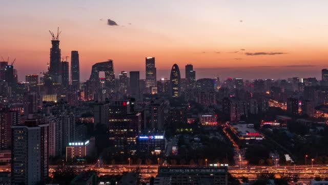 T/L MS HA ZI、素晴らしい街のシーンの空撮夕暮れ夜への移行から/北京、中国
