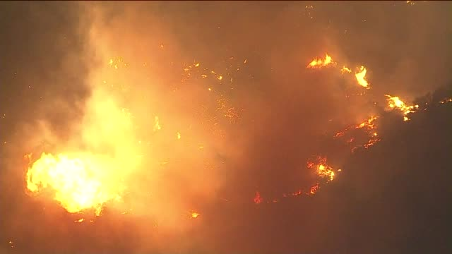 ktla aerial view of woolsey fire - woolsey feuer stock-videos und b-roll-filmmaterial