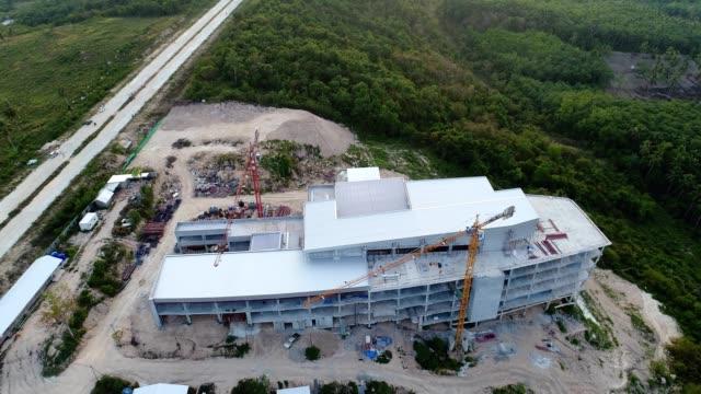 Luftaufnahme des Arbeitens Baustelle mit grünen Wald
