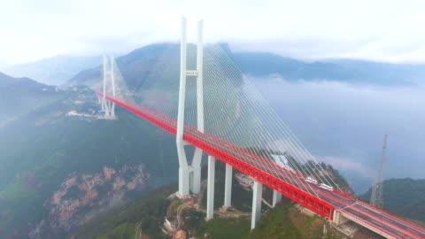 flygfoto över världens högsta hängbro, beipanjiang, ghuizhou, kina - hängbro bildbanksvideor och videomaterial från bakom kulisserna