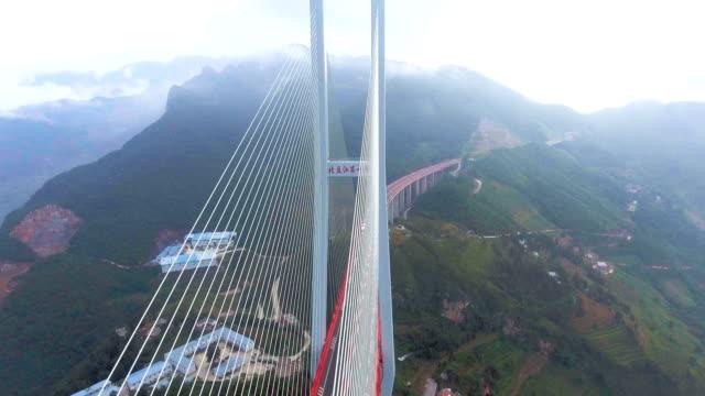 vídeos y material grabado en eventos de stock de vista aérea puente de suspensión más alto, beipanjiang, ghuizhou, china del mundo - puente