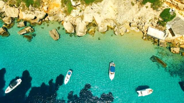 vídeos y material grabado en eventos de stock de aerial view of yatch in amazing, unspoiled and idyllic beach on a little island - transparente
