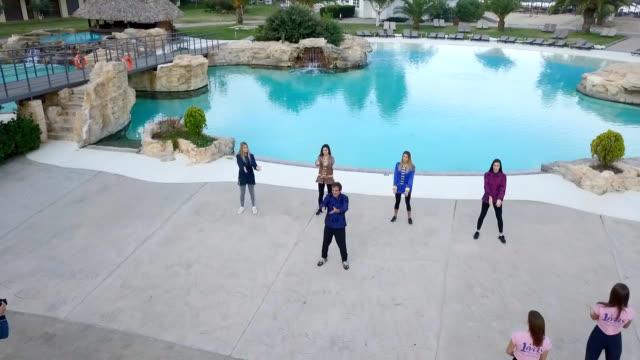 プールで太極拳をしている若い女性の空中写真 - アニメーター点の映像素材/bロール