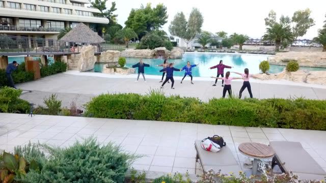 プールで太極拳を練習する若い女性の空中写真 - アニメーター点の映像素材/bロール