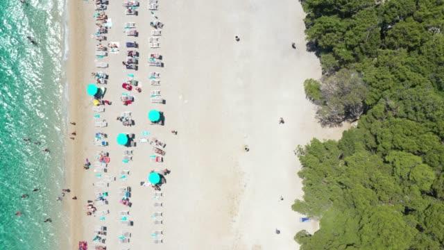 ズラトニラットビーチの航空写真, ボル, クロアチア - ブラック島点の映像素材/bロール