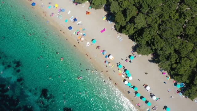 veduta aerea di zlatni rat beach, bol, croazia - croazia video stock e b–roll